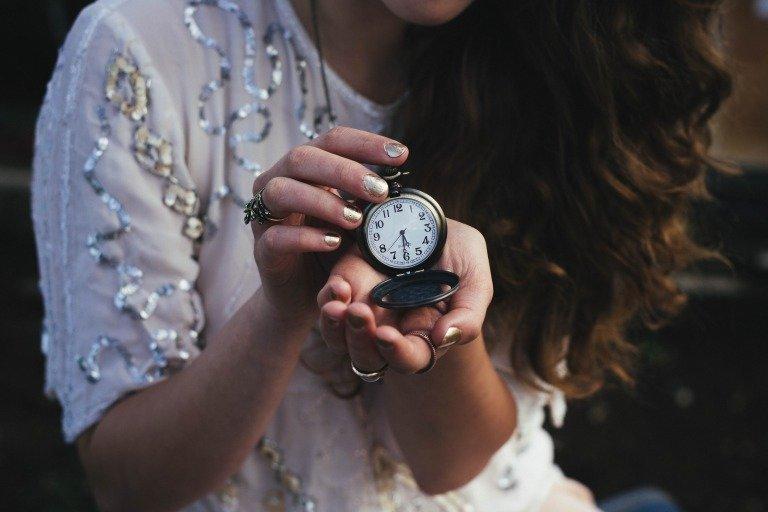 腕時計を持つ彼女
