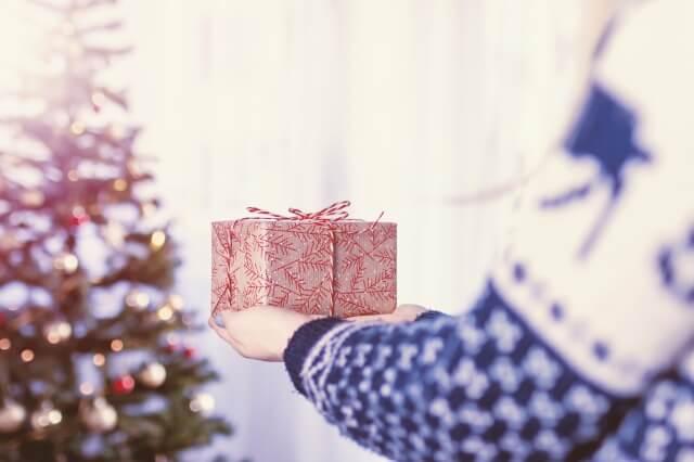 彼女に渡すクリスマスプレゼントのイメージ