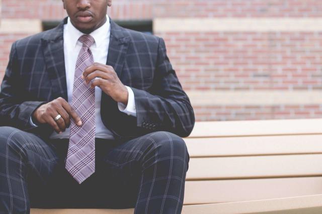 レギュラータイを着用した男性
