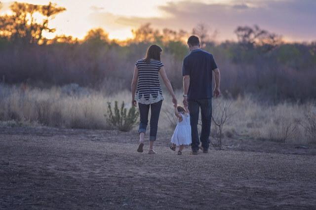 子育て中の夫婦のイメージ