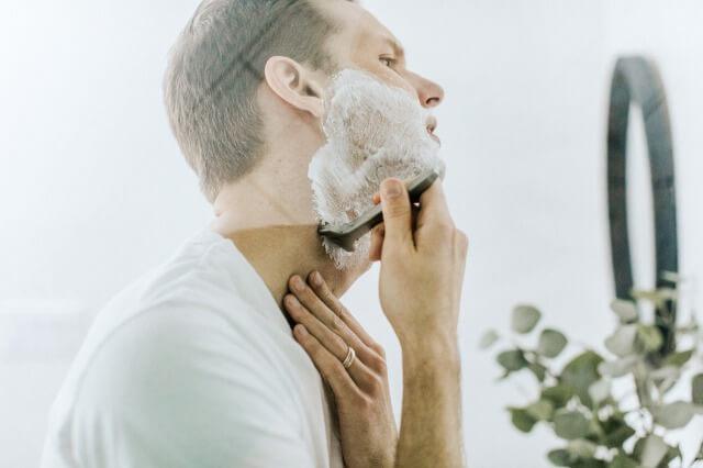 ひげそりをする男性