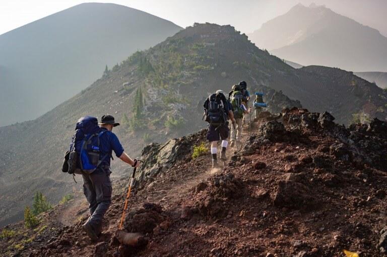 登山をしている男性のイメージ
