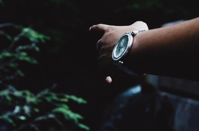 腕時計を着用した男性のイメージ