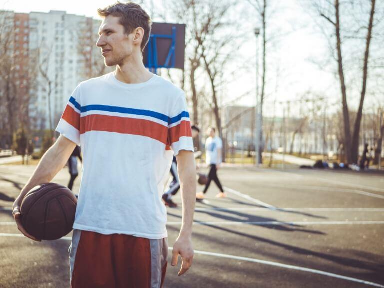 バスケをしている男性
