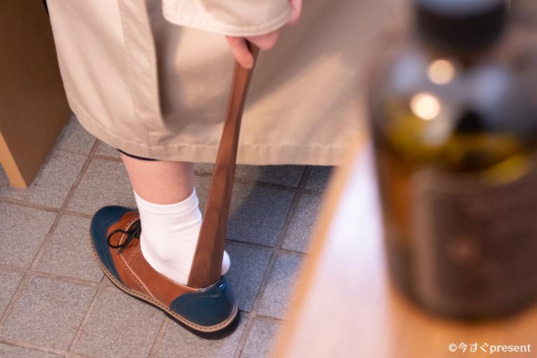 Hacoa_木製靴ベラ_革靴を履いている写真