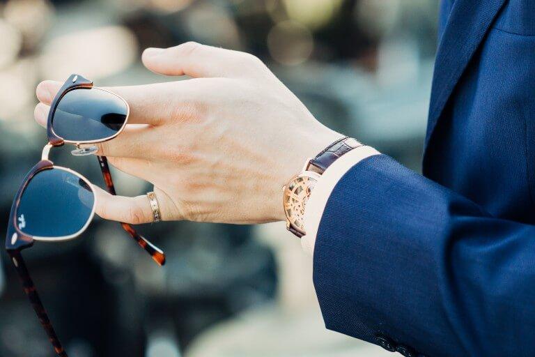腕時計を着用した新社会人のイメージ