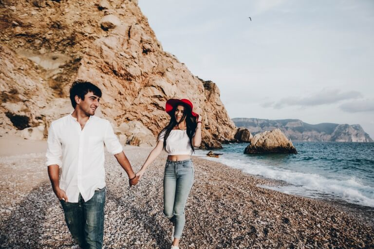 ペアの服を着ているカップルのイメージ