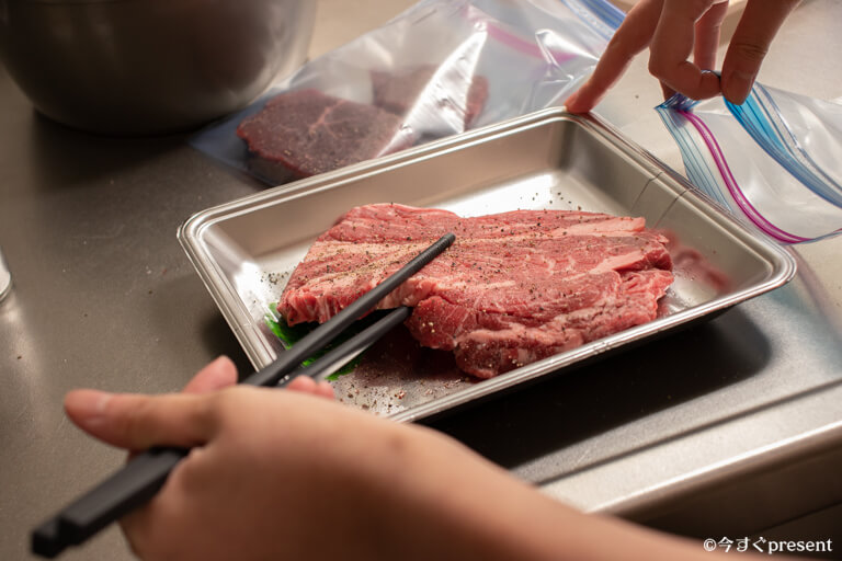 BONIQ_肉をジップロックに入れている写真