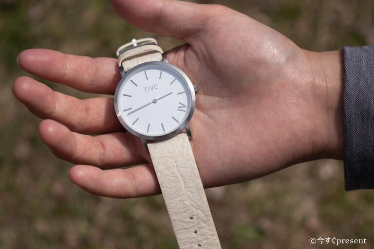 TIVC_腕時計_持っている写真