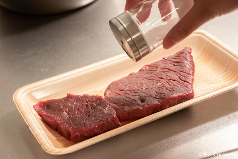 BONIQ_肉に下味をつけている写真