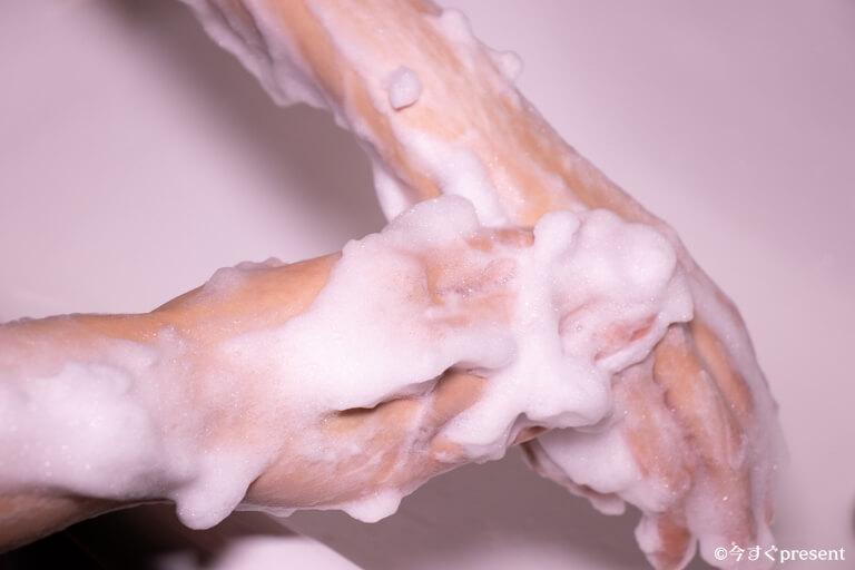 アユーラ_アロマティックウォッシュ_腕を洗っている写真