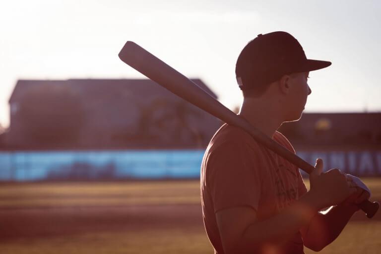 野球をしている男性のイメージ