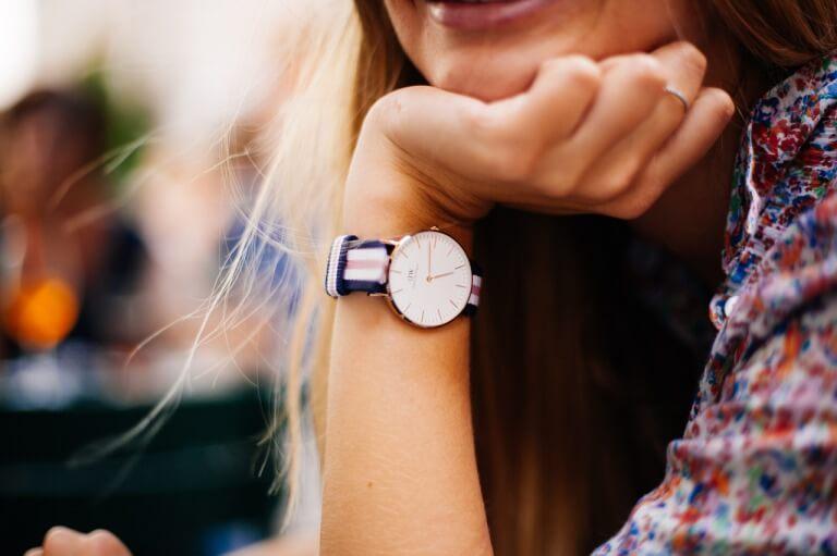 腕時計を身に着けた大学生の女性のイメージ