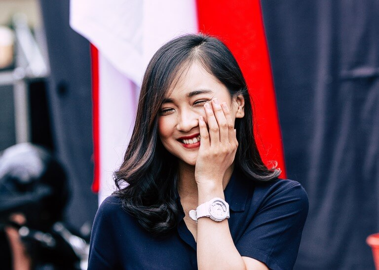 腕時計を身に着けた大学生の女性のイメージ2