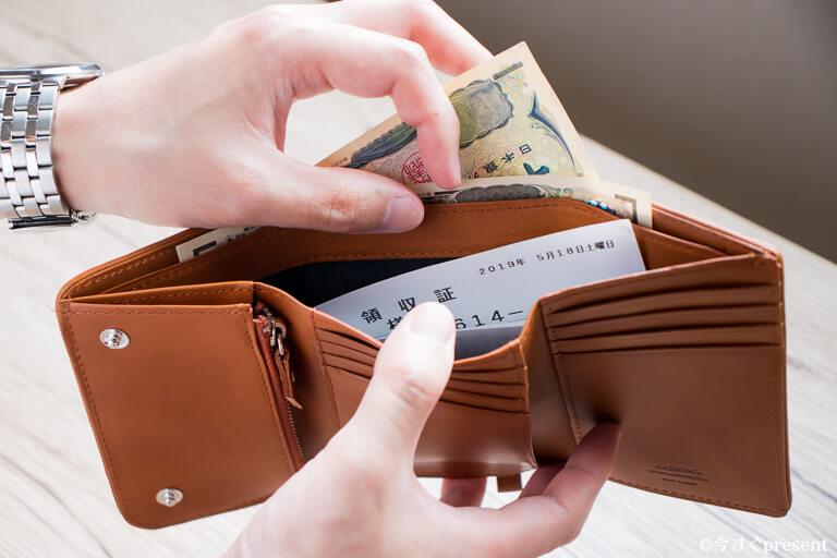 GARNI_財布_お札入れにレシートとお札を分けて入れている写真