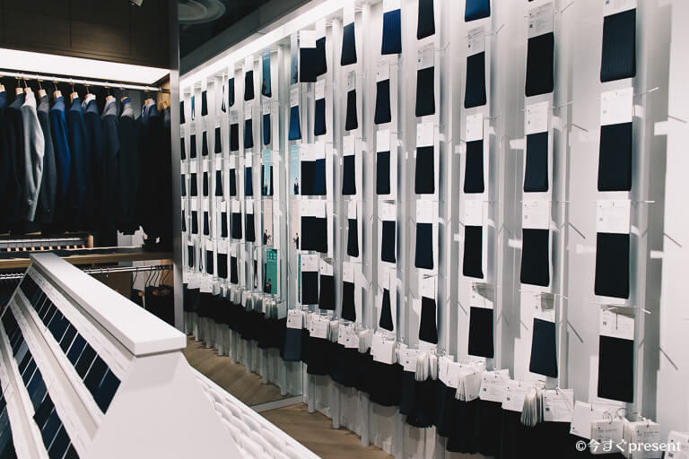 FABRIC TOKYO_店内に並んだ生地とスーツ