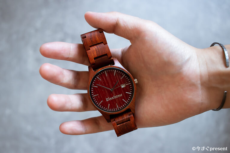 WOODSTONE Watches_重さを確かめている写真
