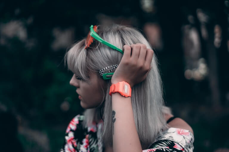 おしゃれな腕時計を身に着けた女性のイメージ
