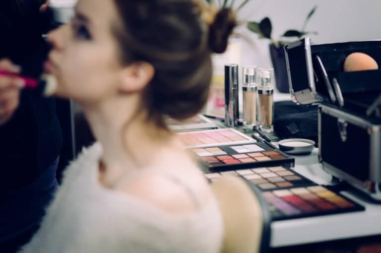 化粧をしている女性のイメージ写真