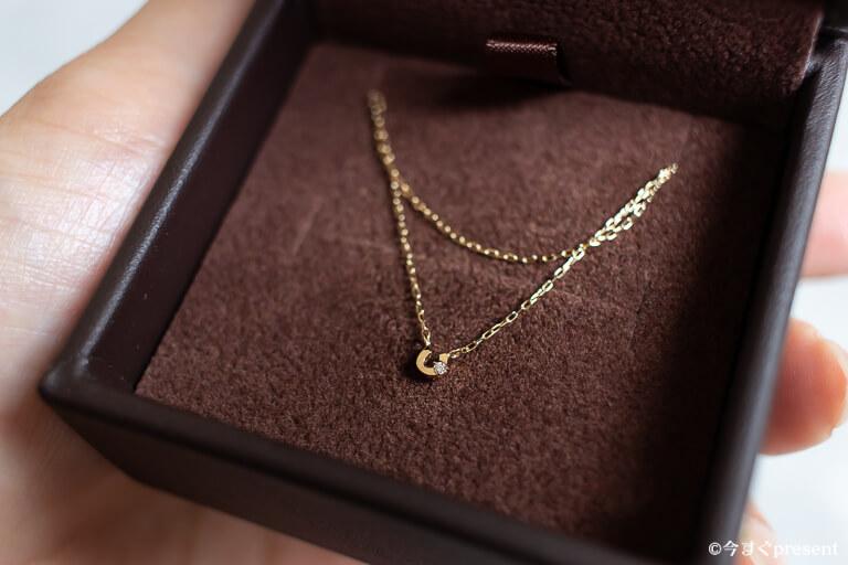 心葉_ダイヤモンド 馬蹄ネックレス K10_icoが手に持っている写真