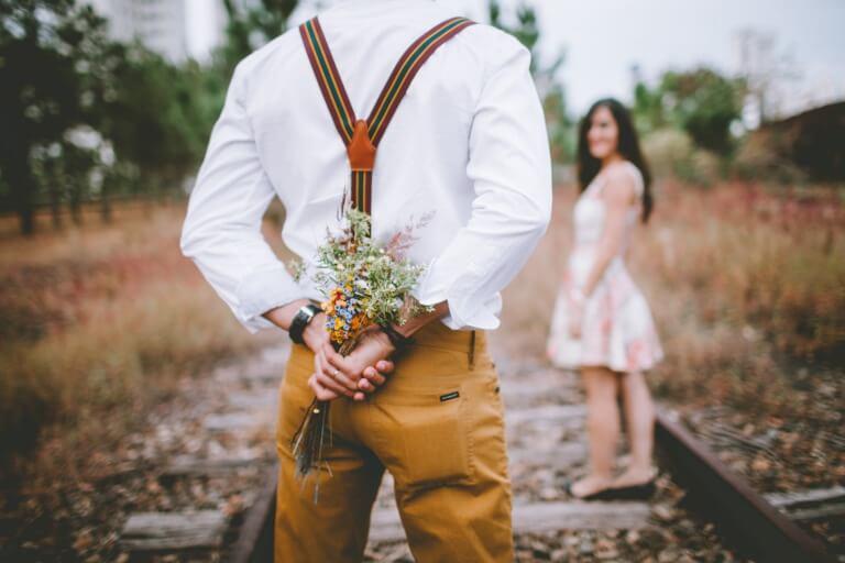 プロポーズで花束をプレゼントしようとしている男性のイメージ