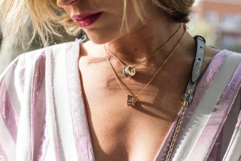 ネックレスを身に着けた女性のイメージ2