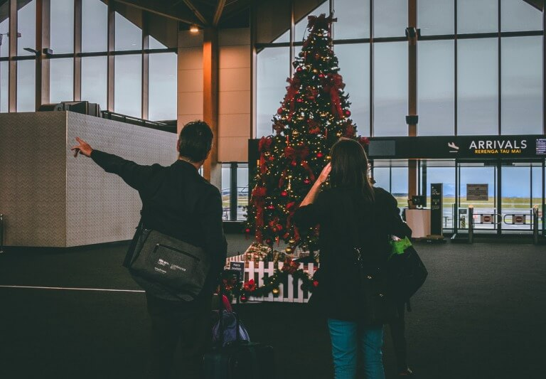 クリスマスツリーと大学生カップルのイメージ