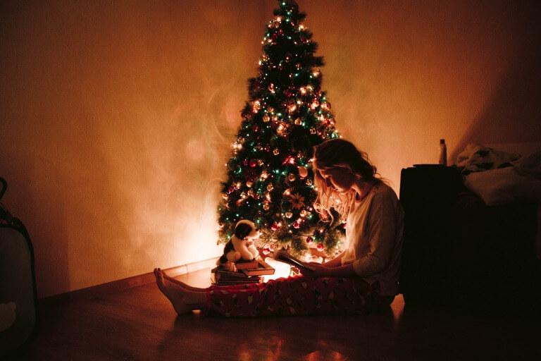 クリスマスと20代女性のイメージ写真2