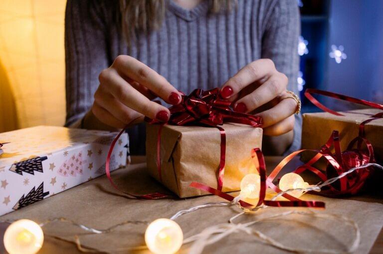 クリスマスプレゼントを受け取る大学生女子のイメージ
