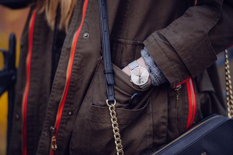 おしゃれな腕時計を身に着けた女性のイメージ写真1