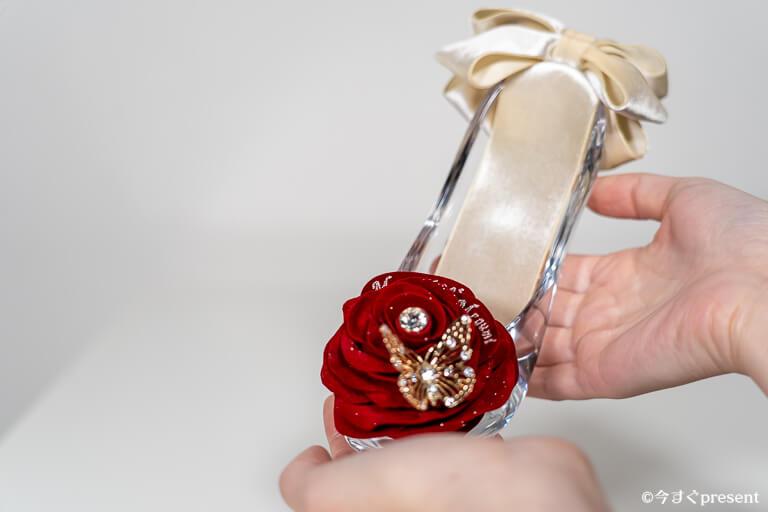 メリアルームメン_ガラスの靴_持っているところ1