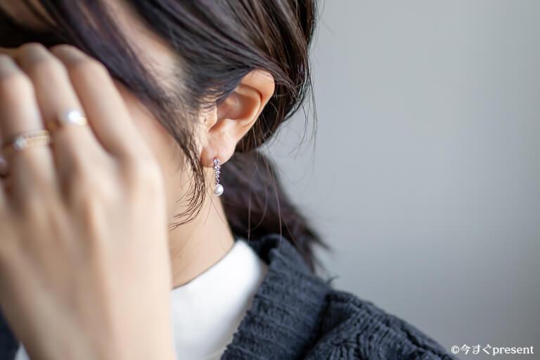 ROLA_レビューするイヤリングを着用している写真