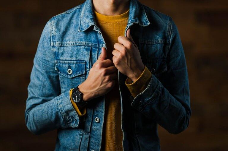 腕時計を身につけた男子大学生のイメージ写真