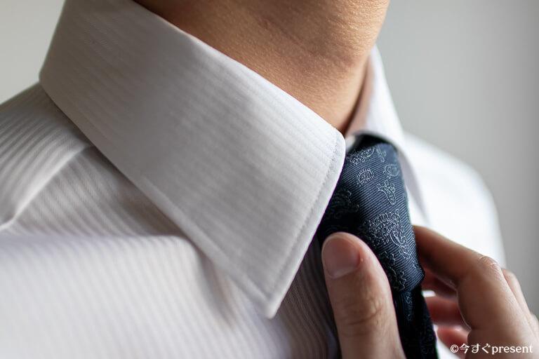 KEI_仕立てたオーダーメイドシャツを着用している写真1