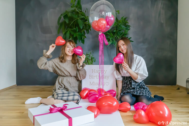 Ballon Kitchen_Surprise Heart Box_友達と撮影している写真3