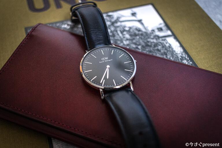 黒革ベルトの腕時計2