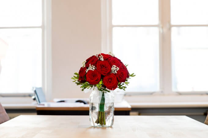 プロポーズで渡すバラの花束のイメージ写真