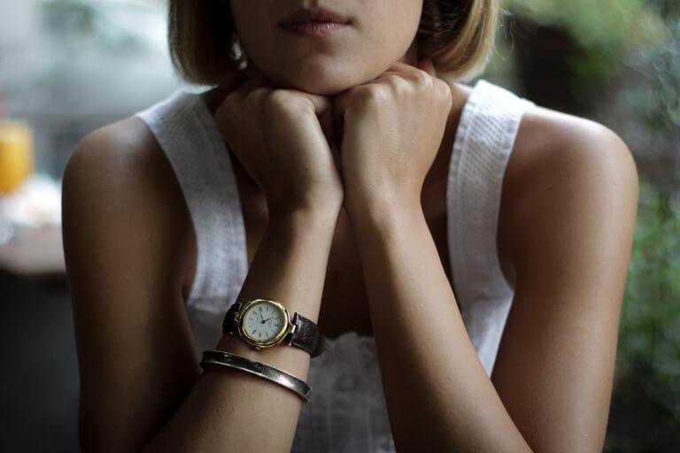 腕時計を身に着けた20代女性のイメージ_アイキャッチ
