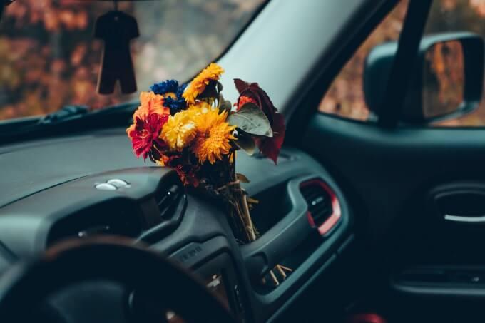 車と花束のイメージ写真
