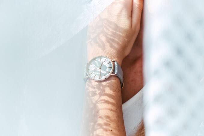腕時計を身に着けた女性のイメージ写真