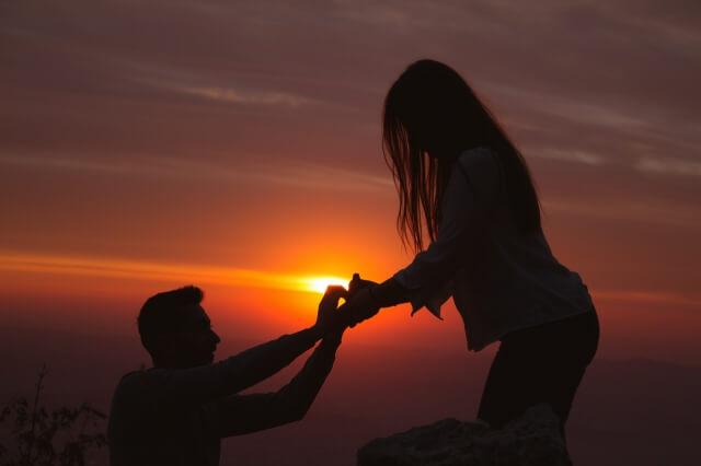 彼女へプロポーズする男性の写真