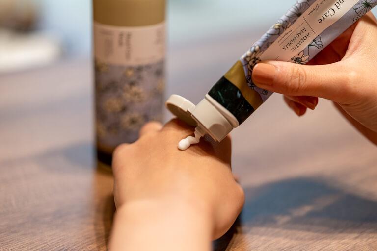 SWATi_スワティー_Hand Care Wash(ハンドケアウォッシュ)_ソープをハンドクリームを使用
