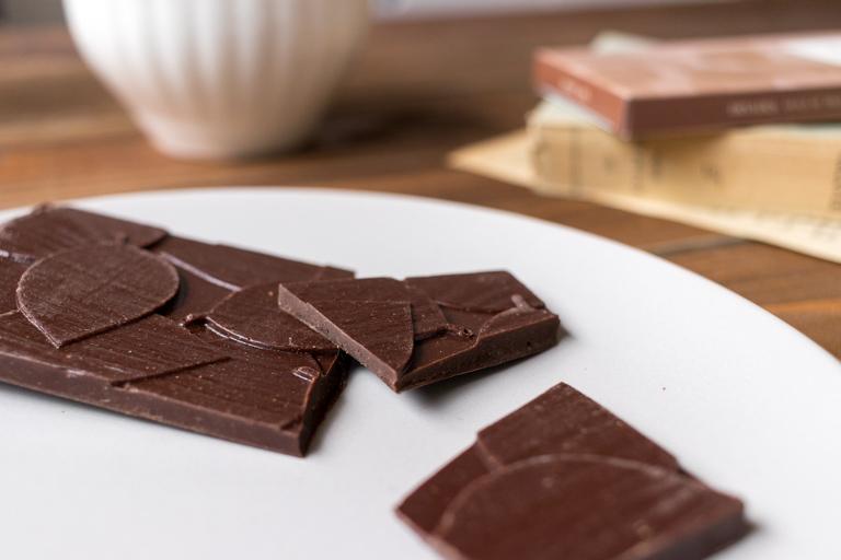 DRYADES_ドリュアデス_木の葉のタブレット(ブラック 62%)_チョコレートの断面