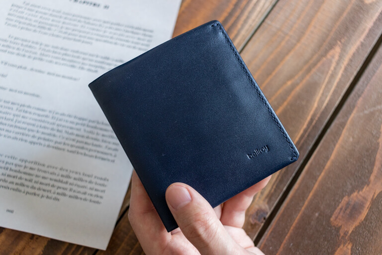ベルロイ_Bellroy Note Sleeve Wallet_手に持った写真