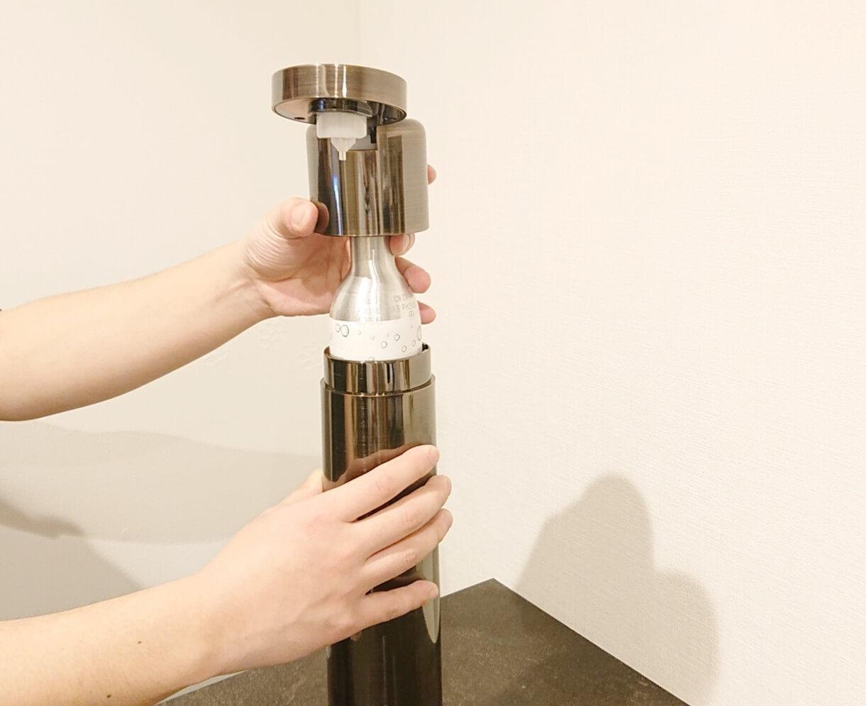 e-soda drink_ガスシリンダーを入れ替えている写真