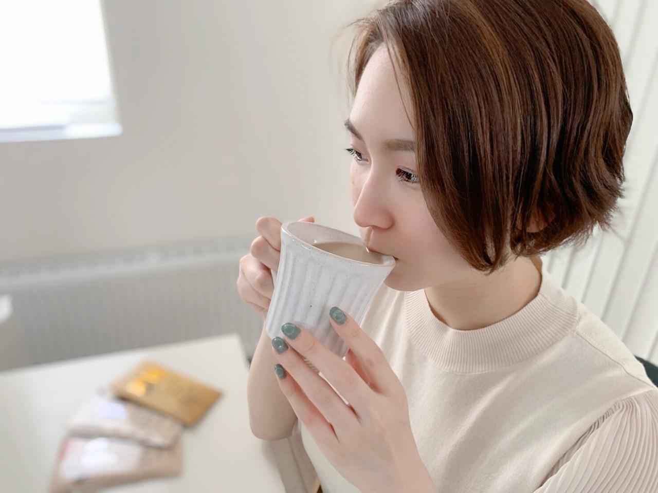 INIC coffee_Honey Coffeeを牛乳で割って飲んでいる写真