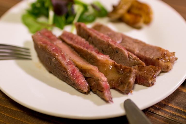 神戸ぐりる工房_A5等級神戸牛 リブロースステーキ_食べている写真