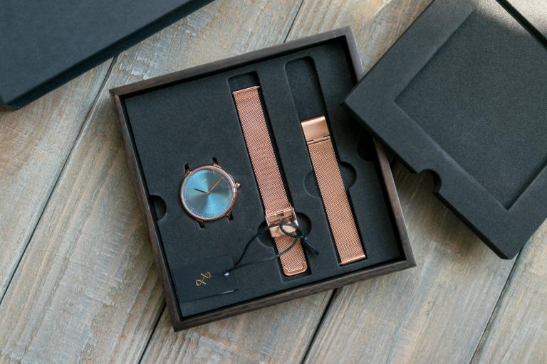 About Vintage_アバウトヴィンテージ_1969 PETITE ROSE GOLDBLUE SUNRAY_ボックスのスポンジを外し腕時計が見えた
