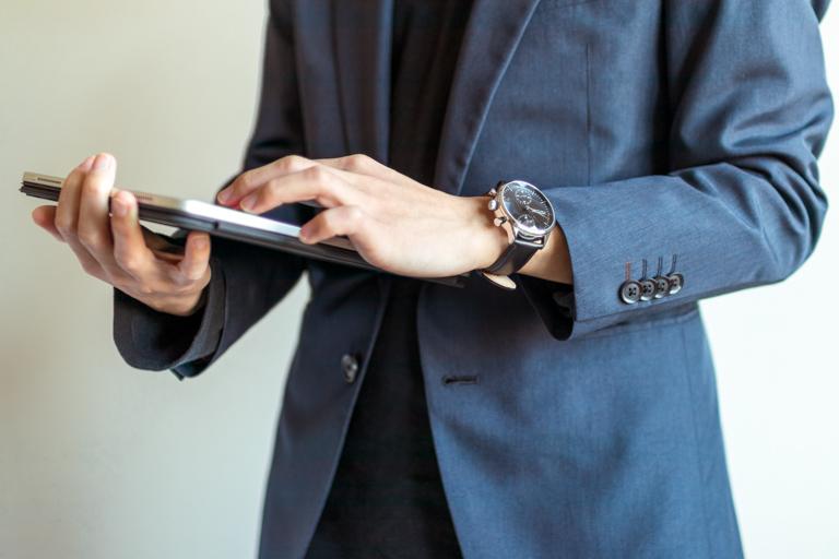 About Vintage_アバウトヴィンテージ__1844 CHRONOGRAPH STEELBLACK_黒革のベルトでスーツスタイル