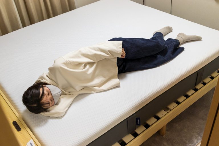 エマ・スリープ_キングサイズのマットレスに寝ている写真